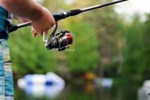 Kalastusta kesällä Espoonjoella.